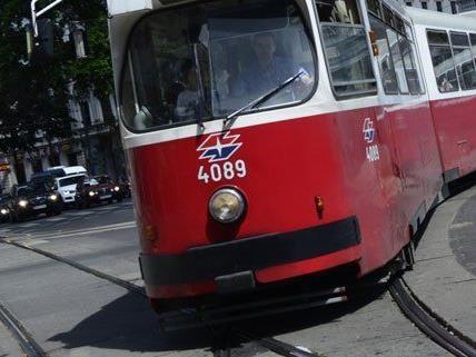 Eine Straßenbahn ist aus den Schienen gesprungen