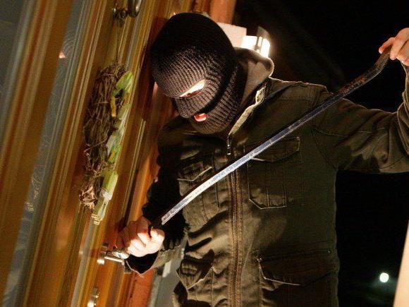 Die Frauen überraschten in der Wohnung einen Einbrecher