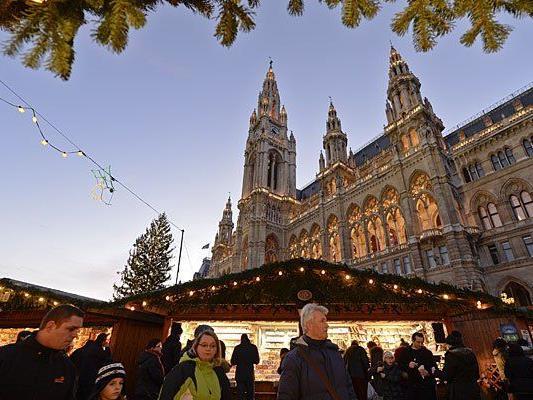 Menschenmassen auf Wiener Weihnachtsmärkten fürchten die meisten auch nach den Paris-Anschlägen nicht