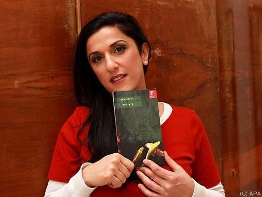 Autorin Dorit Rabinyan mit ihrem Buch