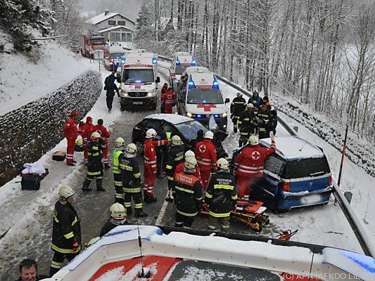 Frontalzusammenstoß auf schneeglatter Fahrbahn
