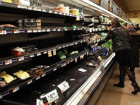 Menschen decken sich mit Lebensmitteln ein