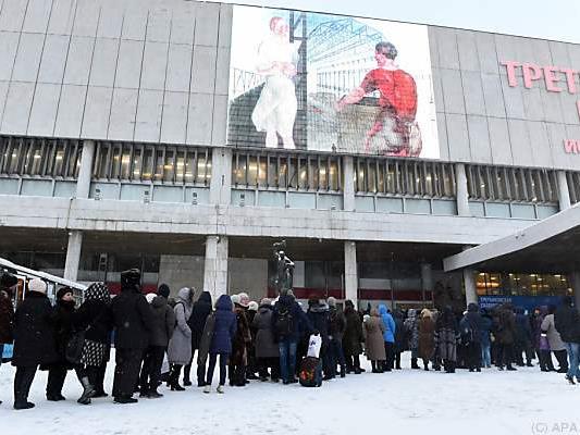 Lange Schlangen vor der berühmten Tretjakow-Galerie