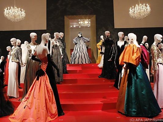 Saint Laurents Kollektionen werden unter anderem ausgestellt