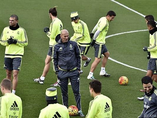 Real-Trainer Zinedine Zidane mit seiner Startruppe