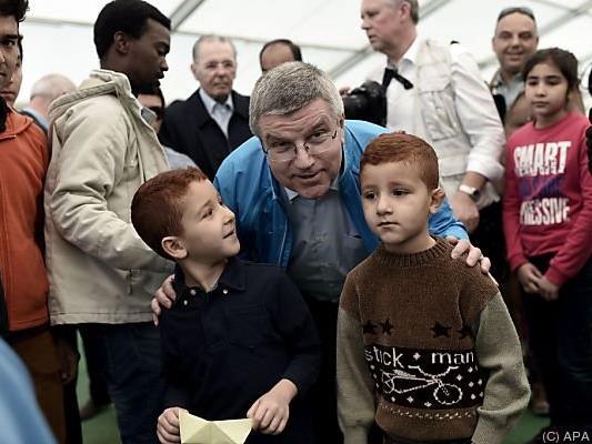 IOC-Präsident Thomas Bach in Flüchtlingslager in Athen