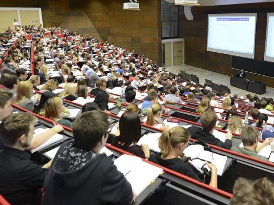 Auf Studienanfänger kommen neue Kosten zu.