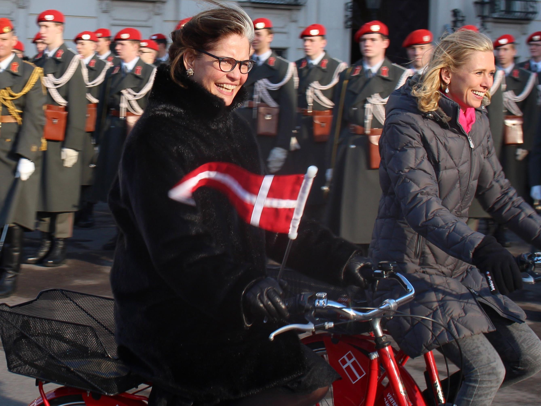 Die dänische Botschafterin per Rad am Weg zum Bundespräsidenten.