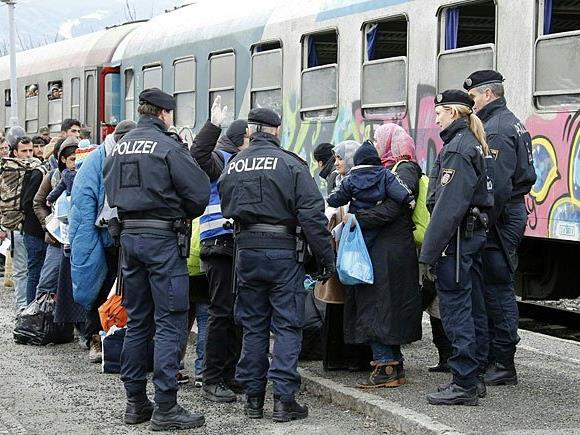 Flüchtlinge am Bahnhof in Villach werden in Richtung Deutschland weitertransportiert
