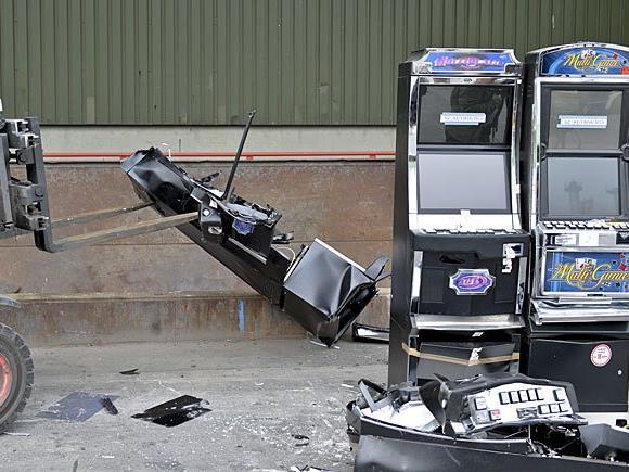 Im Zuge von Glücksspielrazzien werden Spielautomaten ausfindig gemacht und zerstört