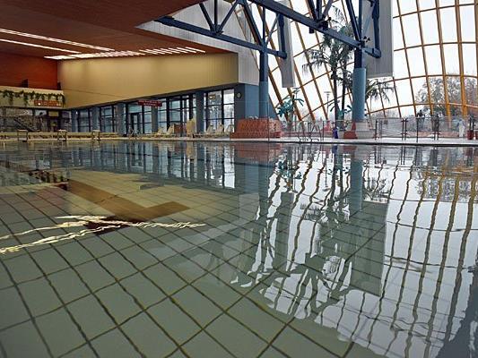 Im Florian Berndl Bad im Bezirk Korneuburg erhielten Asylwerber Hausverbot - was genau dahintersteckt, hat das Hallenbad in einer Stellungnahme erläutert