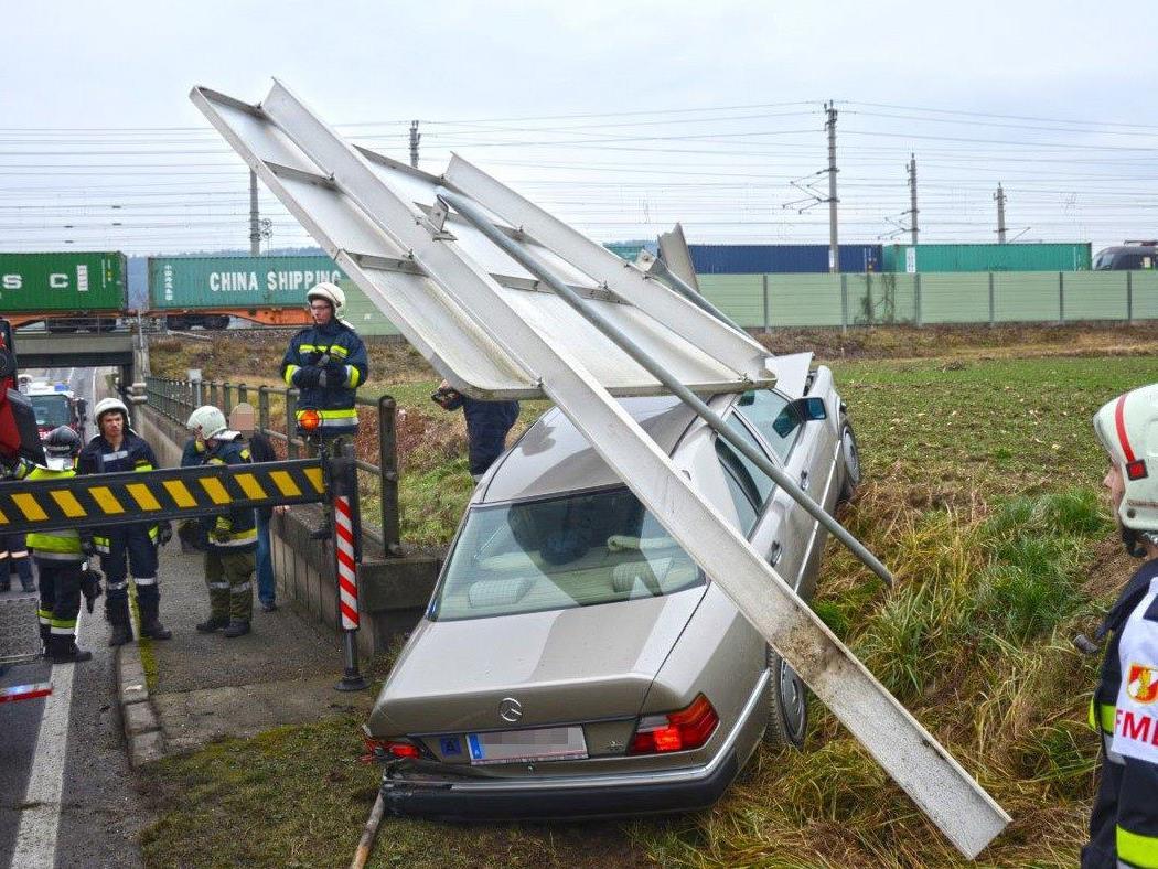 Das Auto wurde unter dem großen Verkehrsschild auf der B209 begraben.