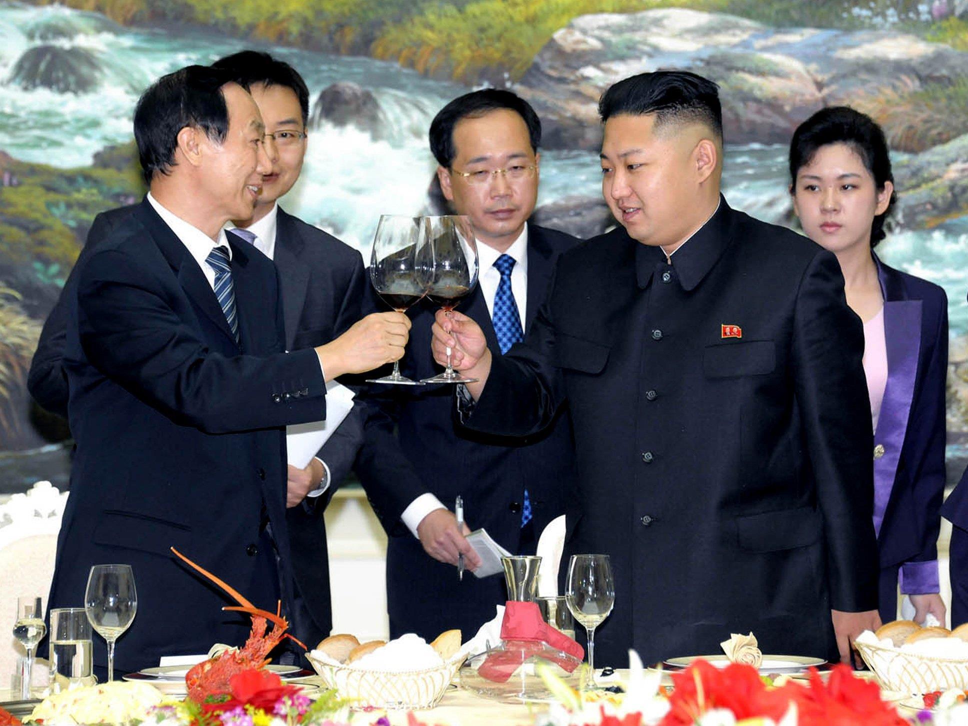 Kim Jong-Un genehmigt sich ein Gläschen mit einer chinesischen Delegation.