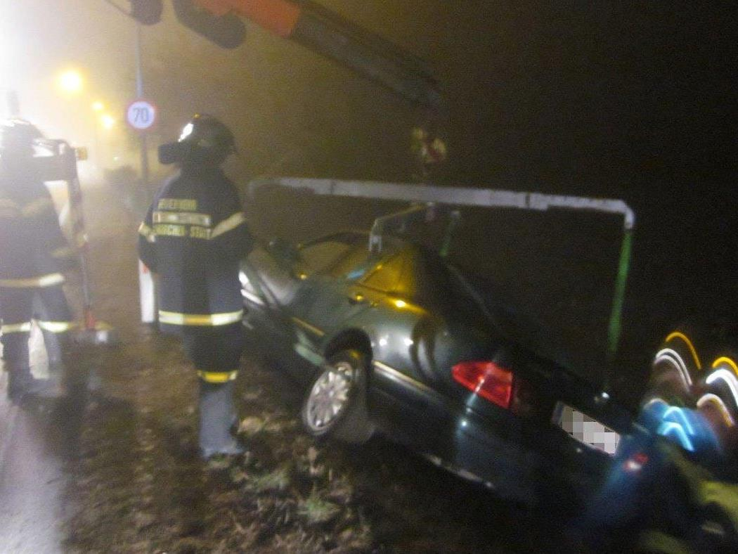 Ein Auto musste nach dem Unfall auf der B17 via Kran geborgen werden.