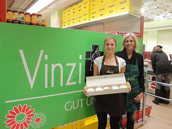 VinziMarkt-Leiterin Angela Proksch und Ströck-Mitarbeiterin Yasmin Proksch