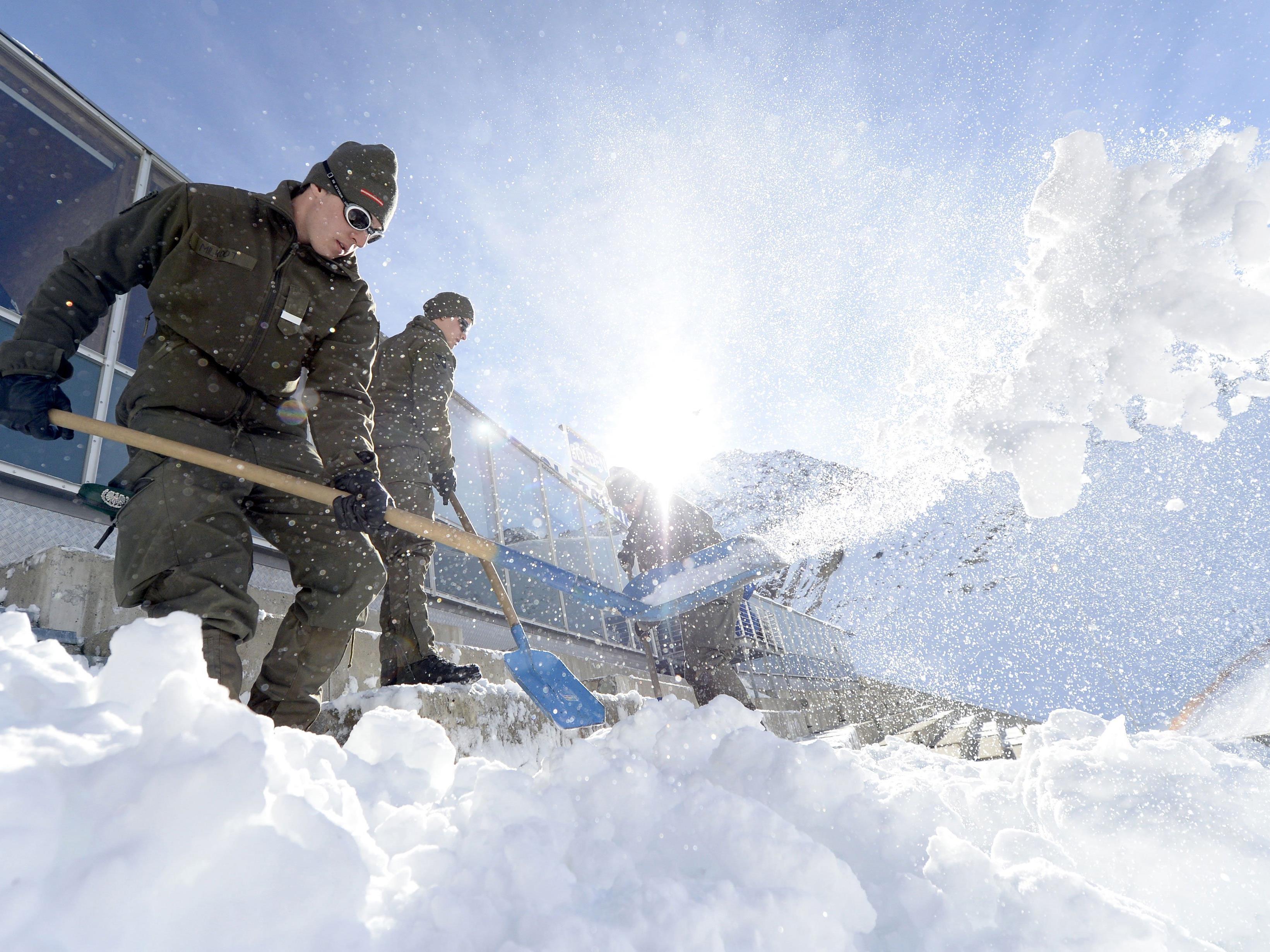Burschen des Bundesheeres beim Schneeräumen.