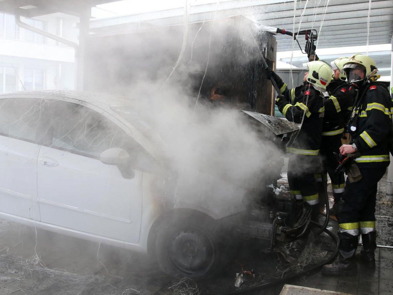 Warum das Auto unter den Carport zu brennen begann, ist unklar.