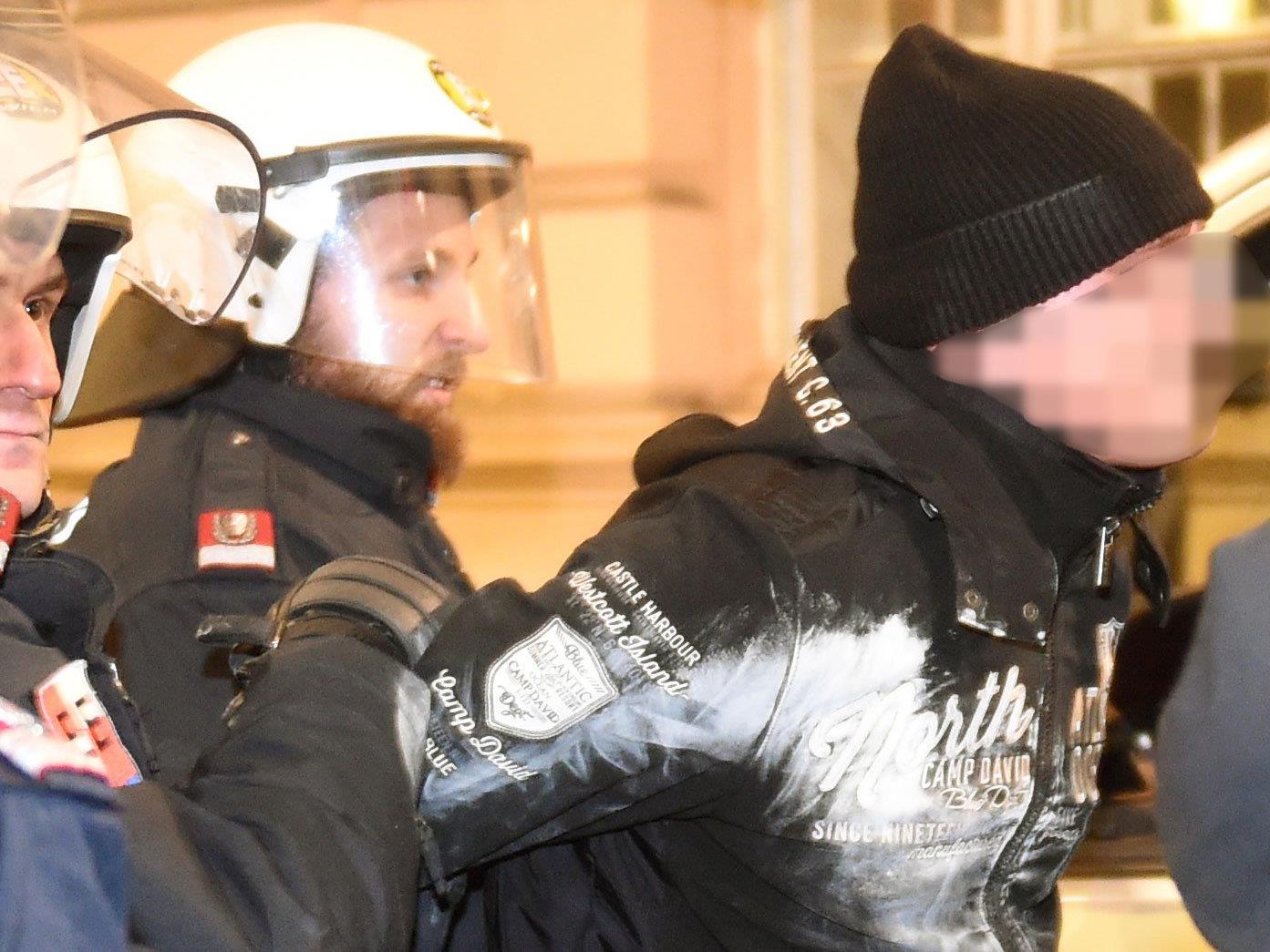 Eine der drei Festnahmen während der Akademikerball-Demos.