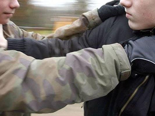 Der 13-Jährige wurde von den beiden bedroht und ausgeraubt.