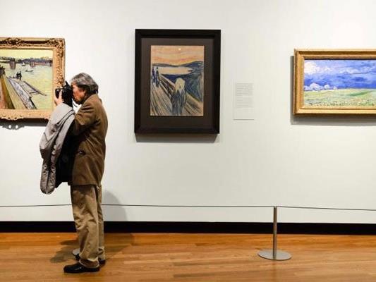 Viele Fans kamen, um die Gemälde von Edvard Munch zu sehen.