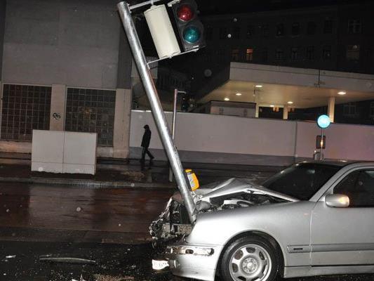 Fahrzeuglenker rammt Fußgängerampel – mehrere Personen verletzt