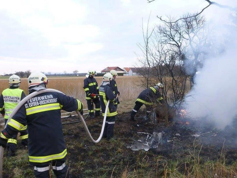 Die Feuerwehr beim Löschen des Brandes in Urschendorf.