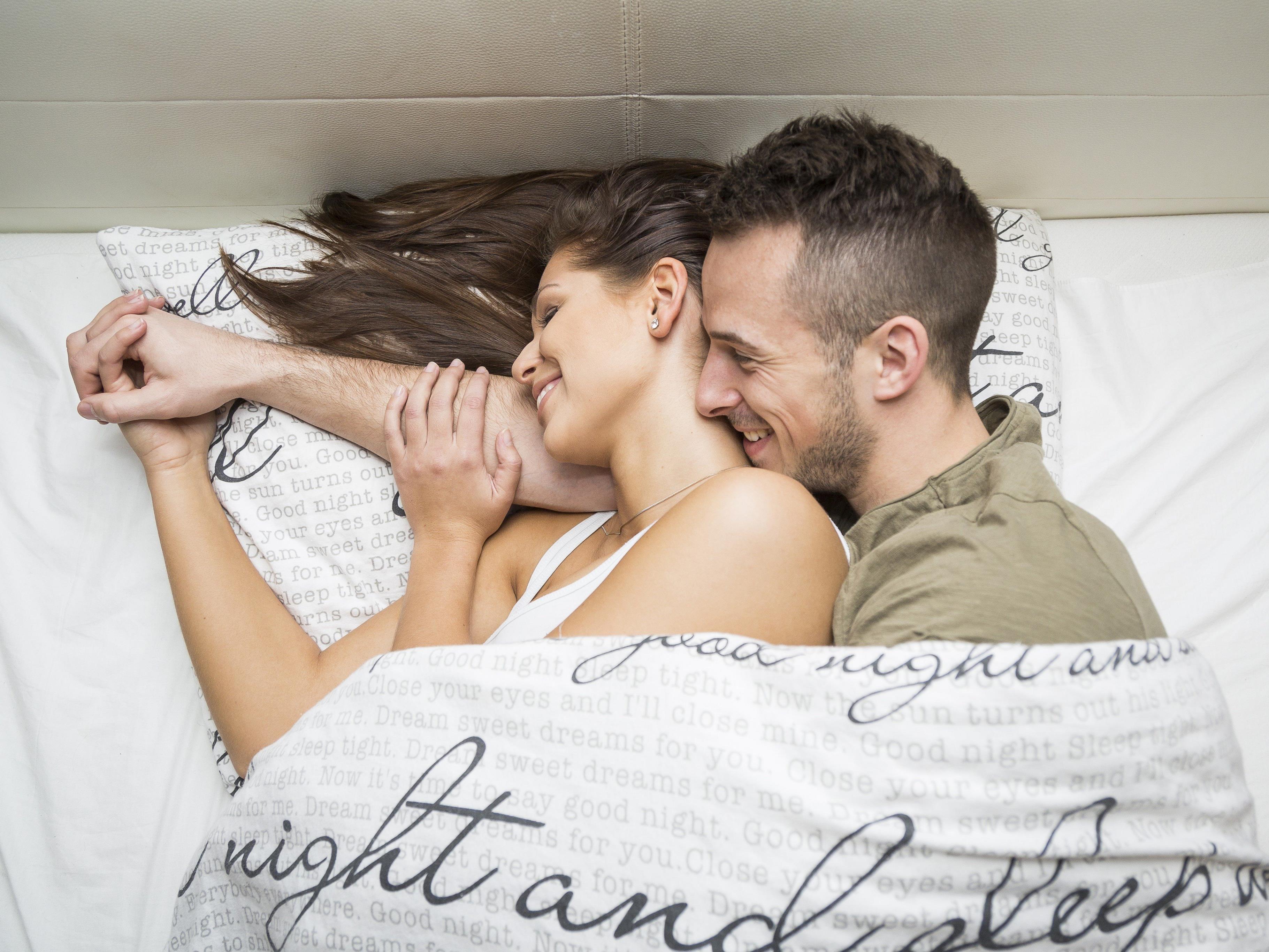 Bettgeflüster bei Lukas und Maria. Der Mythos, dass Männer keine Gefühle haben oder zeigen sollten, ist für die beiden unsinnig.