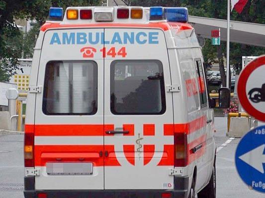 Der Bauarbeiter wurde mit Verdacht auf eine Wirbelsäulenverletzung ins Spital gebracht.
