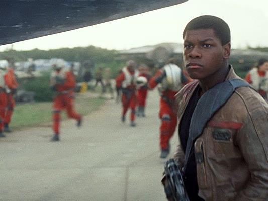 John Boyega, der den Finn spielt, ist ab dem ersten tag der Dreharbeiten für Star Wars VIII wieder dabei.