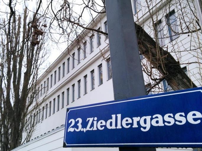 Die FPÖ marschiert gegen die Unterkunft Ziedlergasse auf.