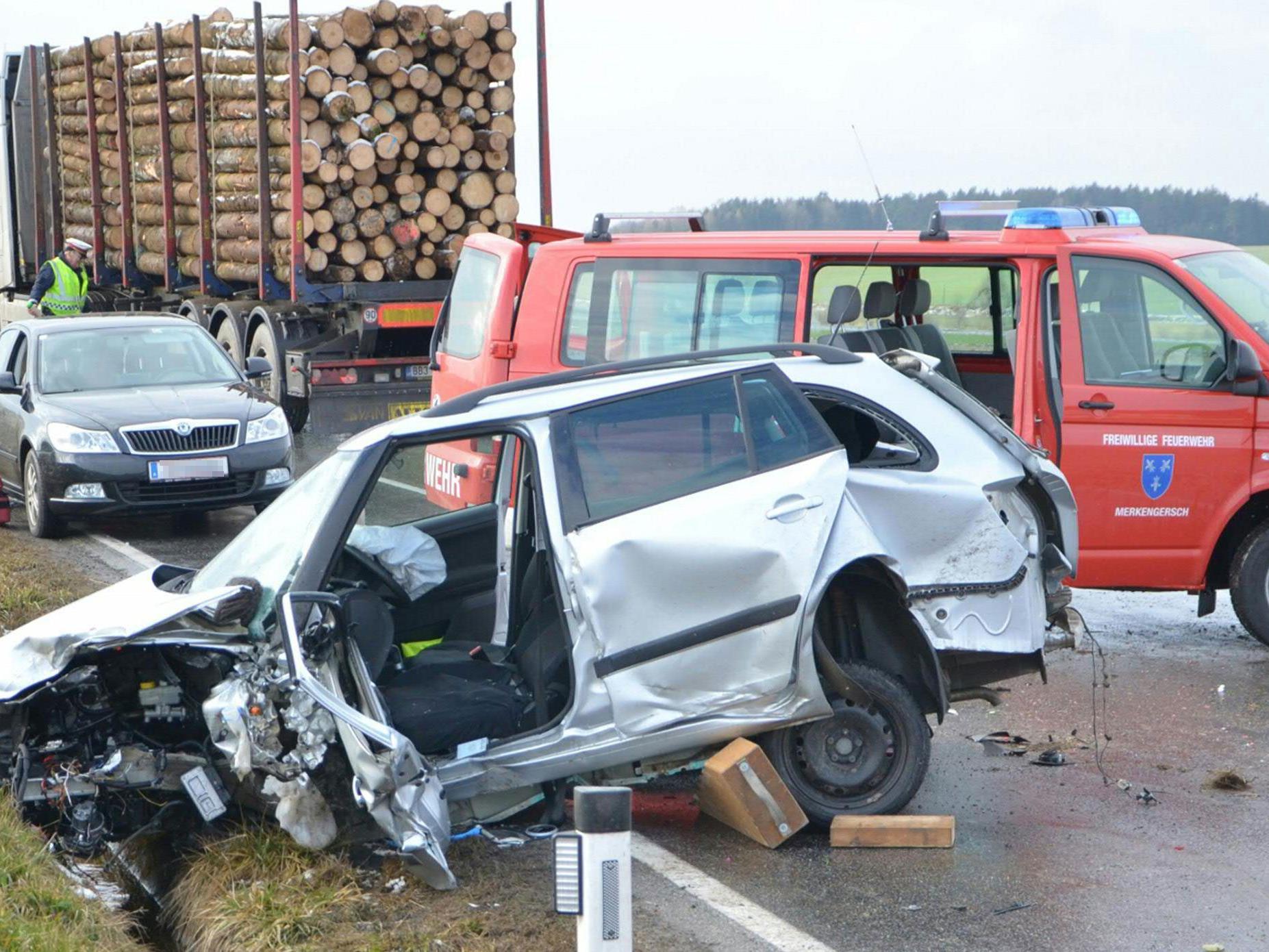 Eines der schwer beschädigten Autos nach dem Unfall im Waldviertel.