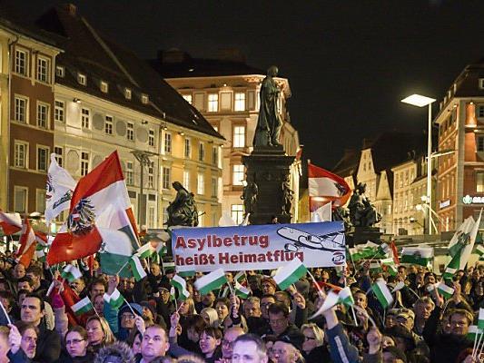 """FPÖ-Anhänger beim """"Flagge-Zeigen"""""""