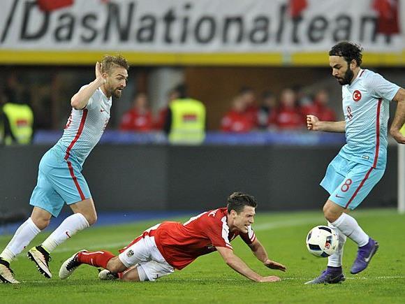 Zlatko Junuzovic (M/AUT) gegen Caner Erkin (L) und Selcuk Inan (beide TUR) beim Österreich-Türkei-Spiel