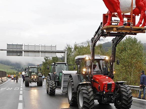 Milchbauern mit Traktoren fahren nach Wien