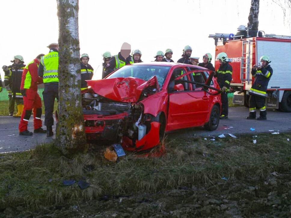 Der Unfall-Pkw wurde völlig zerstört.