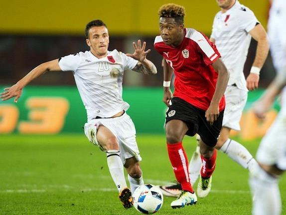 David Alaba (R/AUT) gegen Ergys Kace (ALB) beim Fußball-Länderspiel Österreich-Albanien