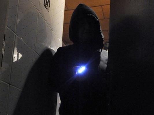Die Einbrecher fesselten das Ehepaar und durchsuchten das Haus.