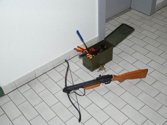 Mit Machete und Armbrust bewaffnet lief der junge Mann los.