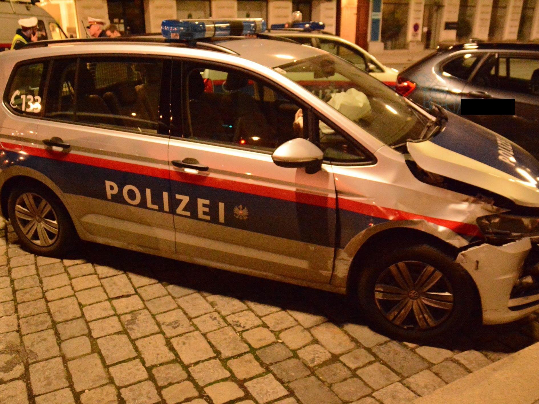 Das beschädigte Auto nach dem Unfall im 1. Wiener Gemeindebezirk.