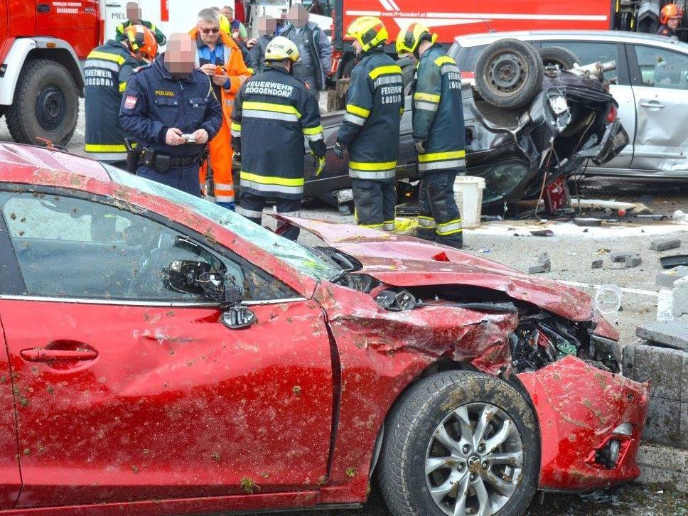 """Das """"Schlachtfeld"""" nach einem Unfall in Roggendorf."""