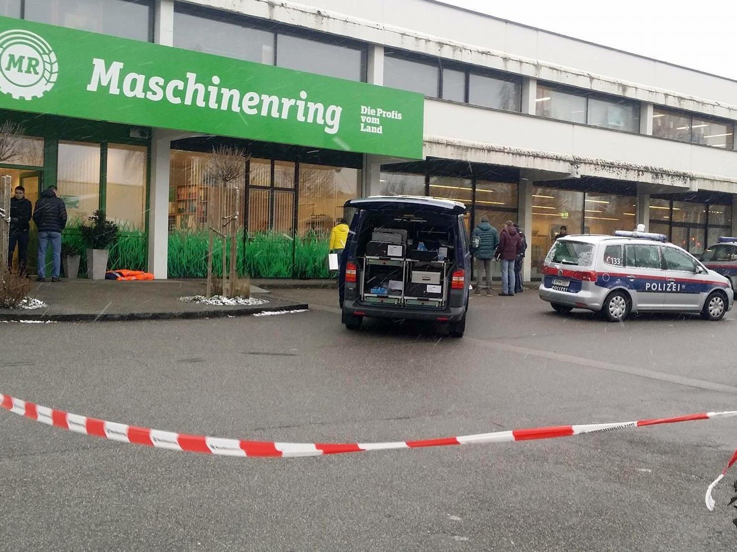 Auf einem Gehsteig nahe eines Einkaufszentrums in Steyr fand ein Passant eine reglose Person. Wie sich herausstellte, war der Mann bereits tot.