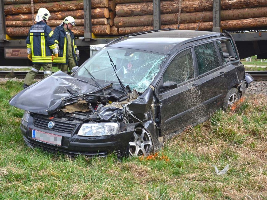 Das beschädigte Auto nach dem Zusammenstoß mit einem Zug.