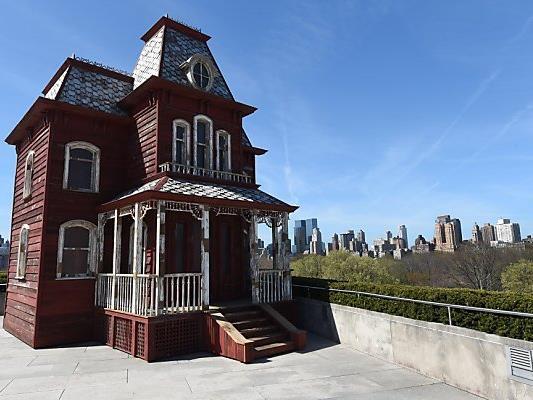 Ein rotes Häuschen vor der imposanten New Yorker Skyline
