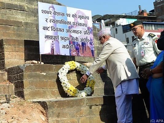 Regierungschef K.P. Sharma Oli bei der Kranzniederlegung