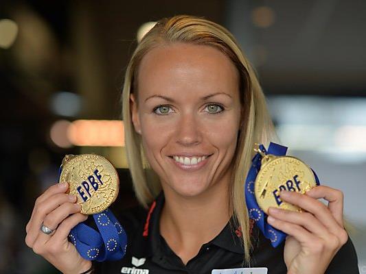 Jasmin Ouschan strahlt mit ihren beiden Goldmedaillen um die Wette