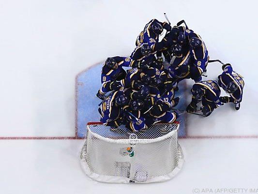 So sieht die Jubeltraube der St. Louis Blues nach gewonnener Serie aus
