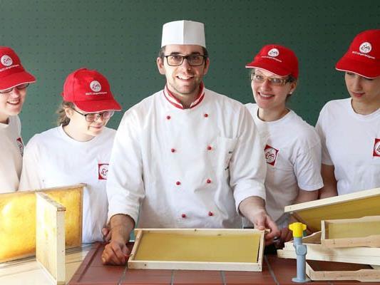 Der eigens produzierte Honig wird in der Berufsschule auch verarbeitet.