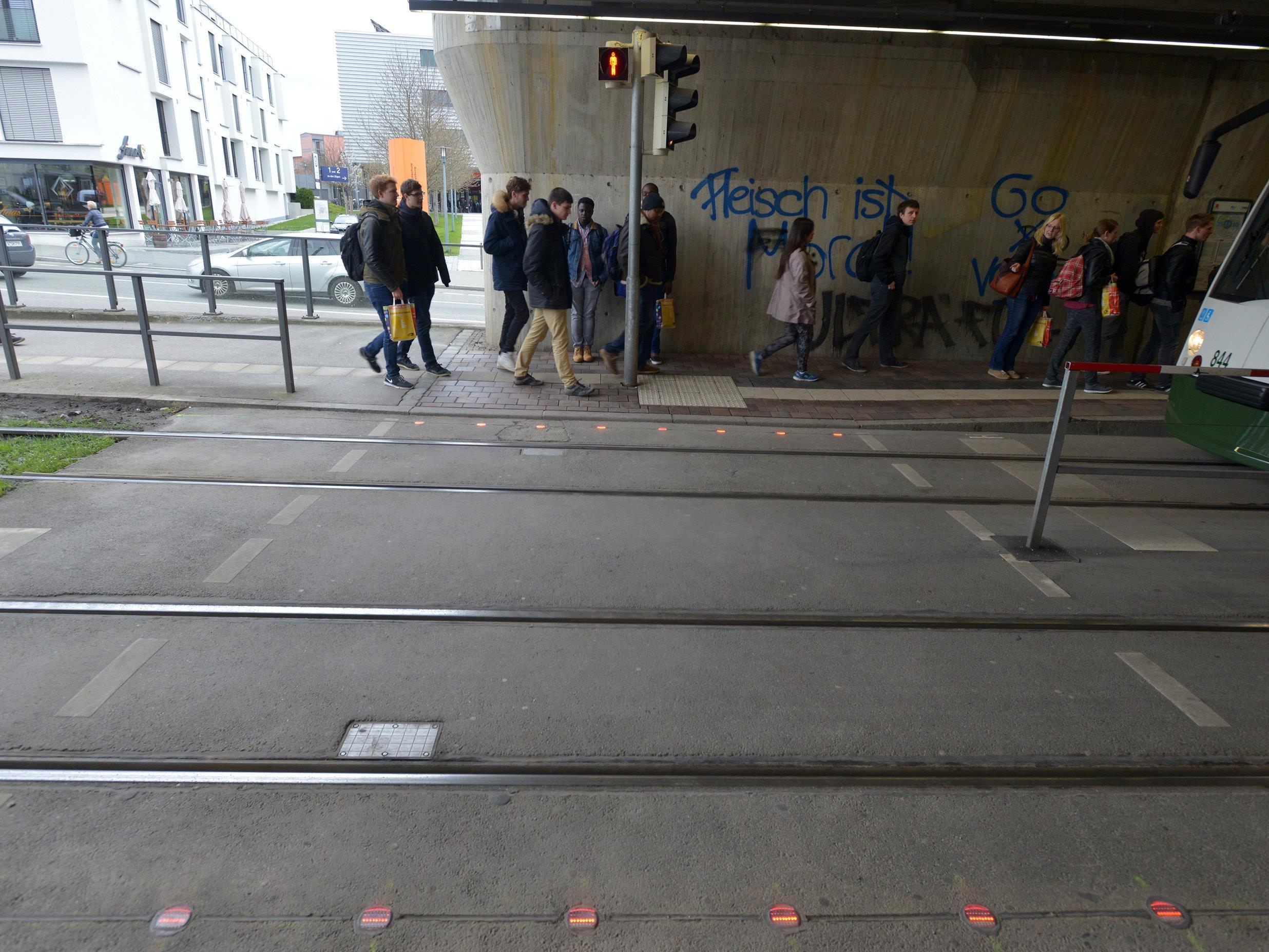 LED-Lichtsignale, die an zwei Haltestellenübergängen in Augsburg (Bayern) im Boden eingebaut sind