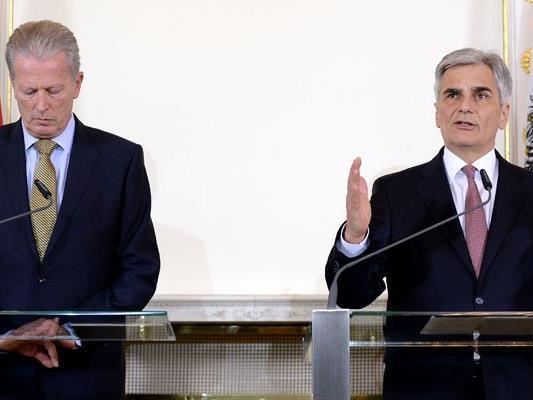 Faymann und Mitterlehner kritisieren die Beeinflussung der Wähler durch Umfragen.