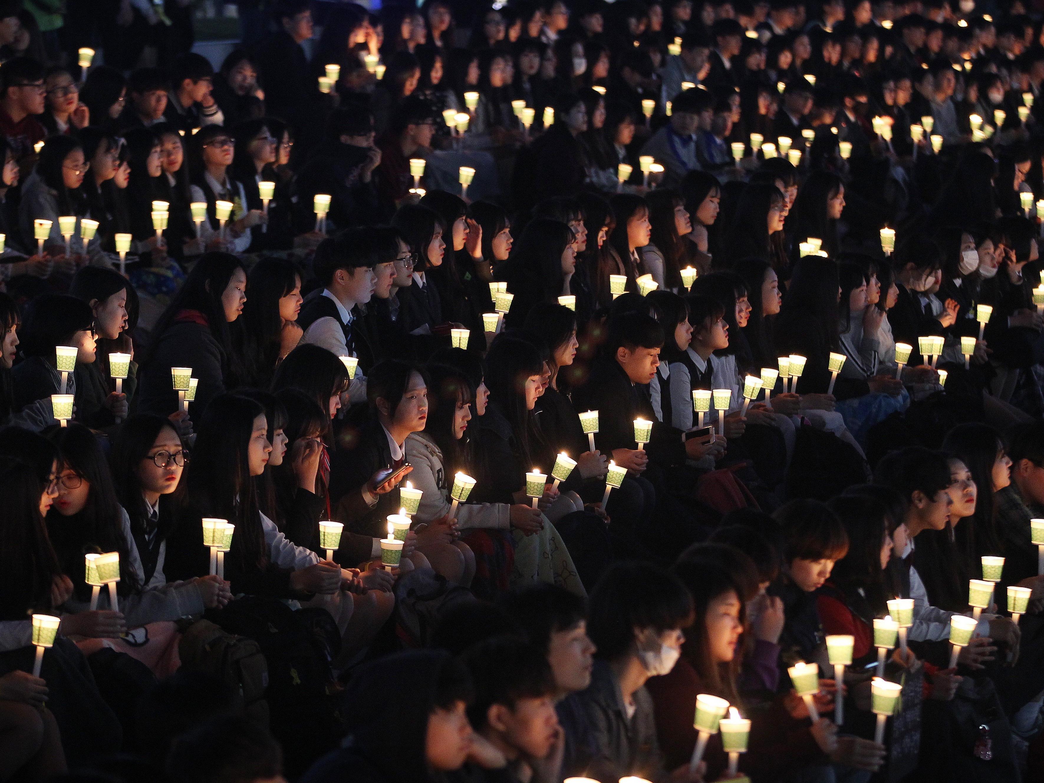 Schüler gedenken den Opfern des Sewol-Untergangs vor zwei Jahren